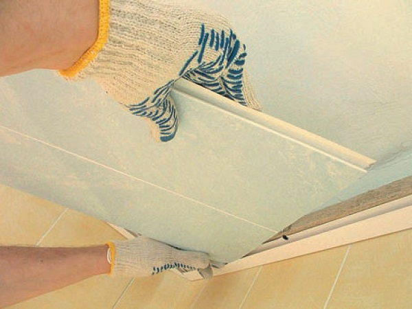 Монтаж ПВХ панелей на потолок и плинтуса: видео-инструкция 55