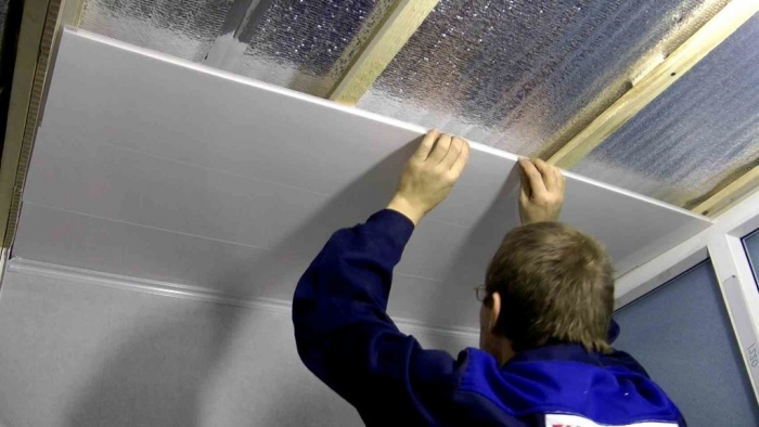 Монтаж ПВХ панелей на потолок и плинтуса: видео-инструкция 91