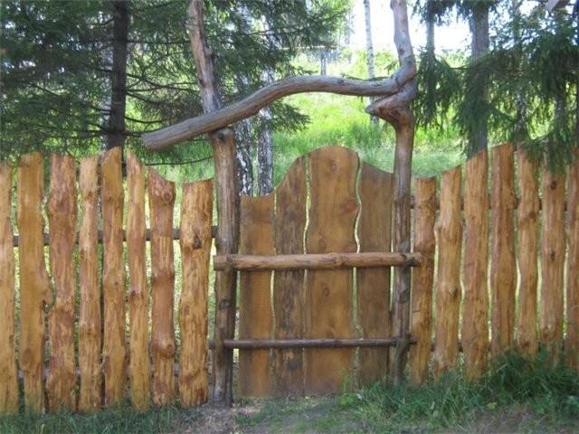 Забор на даче с досок