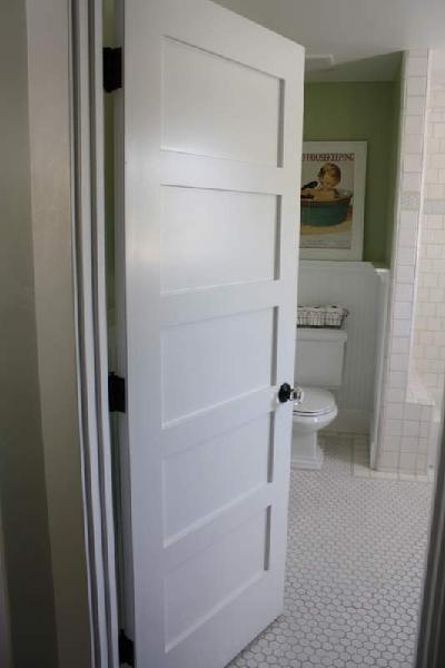Двери для туалета и ванной Из за увеличенной толщины защитного покрытия для ванных и туалетов практически не используют шпонированные двери и конструкции из массива древесины