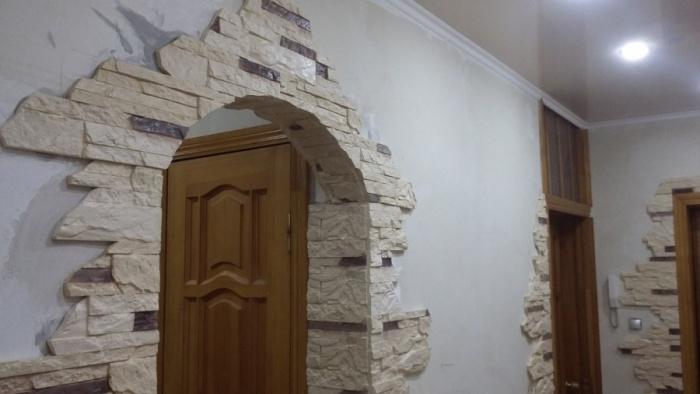 Декоративные арки в квартире: фото отделки под камень
