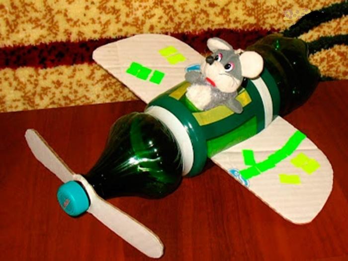 Самолет из пластиковой бутылки для детей в детский сад