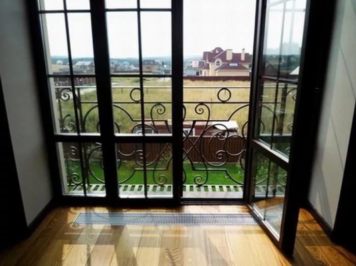 Остекление балкона французскими окнами.