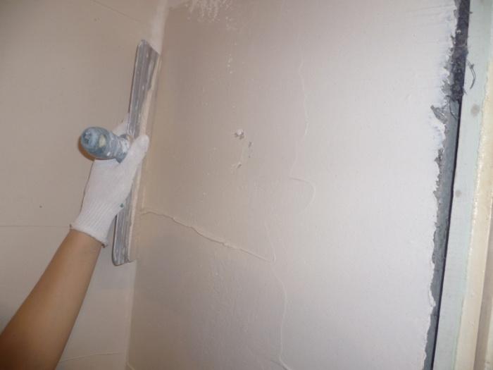 Как клеить обои на стены с неровным потолком 7