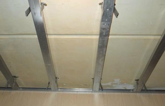 Монтаж ПВХ панелей на потолок и плинтуса: видео-инструкция 2