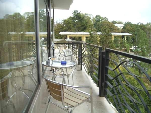 мебель на открытом балконе