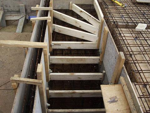 опалубка для лестницы с загибом