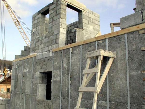 строящийся дом из пеноблоков