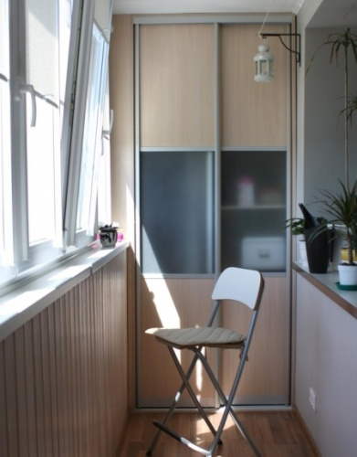стул и шкаф на лоджии