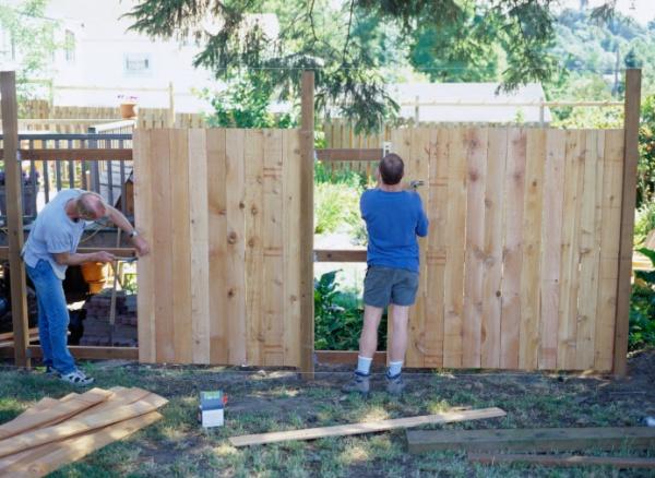 Забор из рабицы опорные столбы из дерева