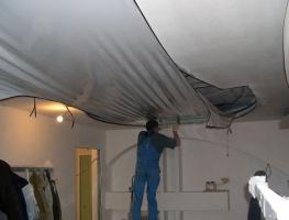 Ремонт натяжных потолков после залива, пореза своими руками, видео инструкция по ремонту натяжного потолка